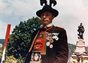 Schützenmajor Georg Klotz vor dem Andreas-Hofer Denkmal in Meran, 1964 erschossen